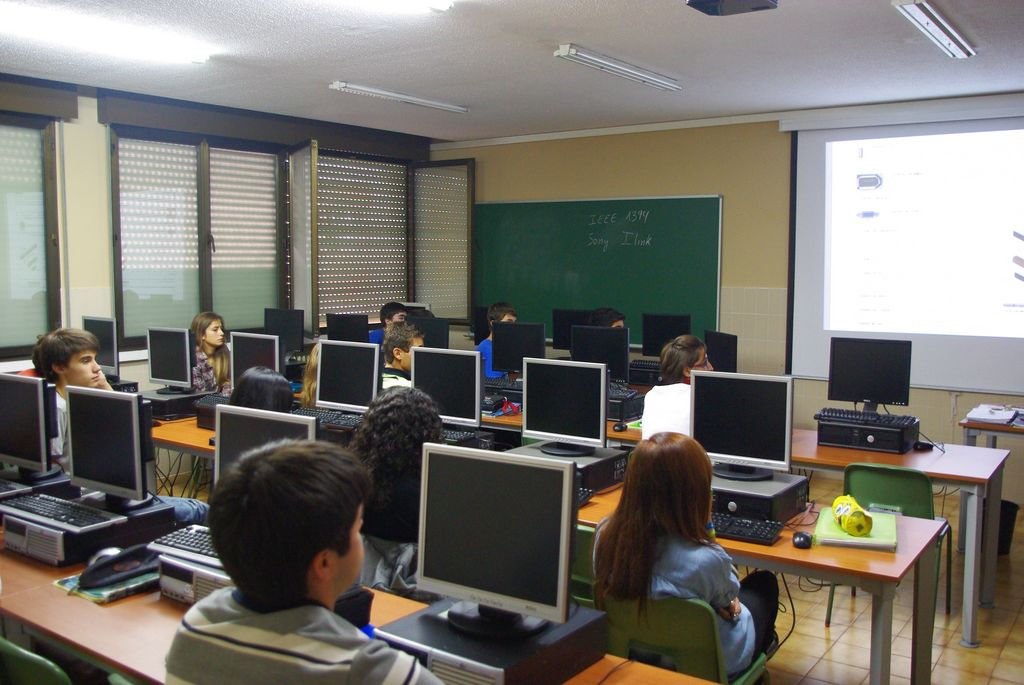 Resultado de imagen de aula con ordenadores